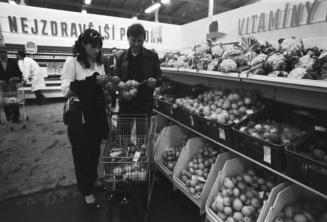 Konvertovaná tržnice v Praze Holešovicích zahájila 5.května prodej zeleniny, ovoce, květin, semen, sazeniček a dalších produktů drobných pěstitelů. Dříve sloužila tržnice jako jatka. 5. 5. 1982.
