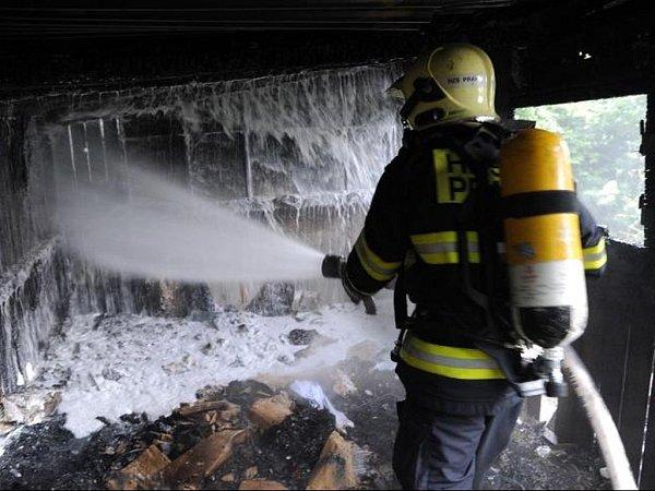 Zcela zničena požárem byla dřevená chatka stojící na oploceném, ale silně zarostlém pozemku vpražské Troji