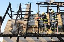 Plameny zchvátily pergolu a střechu rodinného domu. Obyvatelům se naštěstí nic nestalo