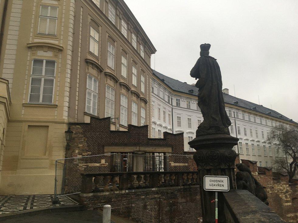 Na bráně u vstupu do jižních zahrad Pražského hradu bylo kvůli rekonstrukci instalováno lešení. Dřevotřísku posléze dělníci sundali.