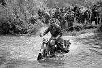 JAWA. Motocykly JAWA vyráběné ve Strašnicích byly proslulé svou spolehlivostí. Na snímku z roku 1950 Jiří Somr na motocyklu Jawa 250ccm.