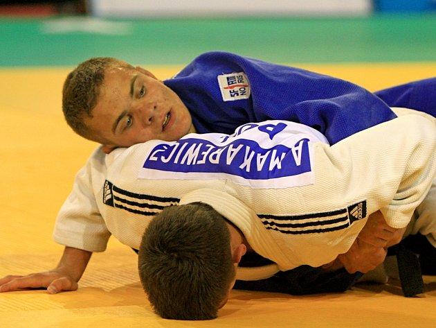 ZMAR! Nejúspěšnějším českým závodníkem na Evropském poháru juniorů v judu se stal David Pulkrábek (v modrém), který obsadil v kategorii do 60 kilogramů až sedmou příčku.