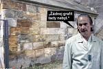 O záhadném odstranění graffiti z pilíře Karlova mostu lidé vtipkují na internetu.