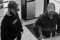 PACHATELÉ U PŘEPÁŽKY. Oba muži přistoupili k pracovnici a nejprvepředstírali zájem o nákup valut. Během několika následujících okamžiků vytáhli pistole.