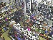 Loupežné přepadení se samopalem v prodejně potravin v pražských Nuslích.