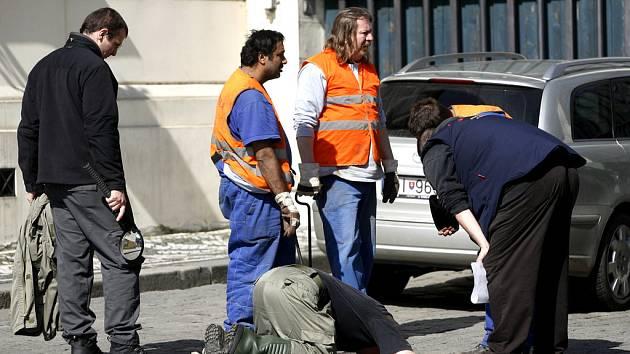 Bezpečnostní složky prohlížely a kontrolovaly 3. dubna celé Hradčanské náměstí, odkud v neděli pronese americký prezident Barack Obama svůj projev.