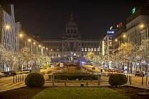 Prázdné Václavské náměstí kvůli protikoronavirovým opatřením na Silvestra.