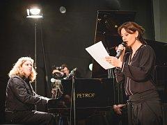 Tomáš Jeřábek v soutěži Pianista roku 2016. Na snímku s herečkou Dášou Zázvůrkovou.