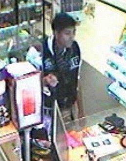 Policie pátrá po mladíkovi, který platí kradenou kreditní kartou.