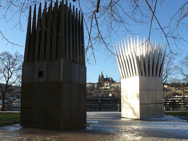 Pomník Jana Palacha na Alšově nábřeží vPraze - Dům matky (vpopření) a Dům syna.