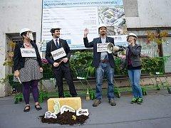 Protestní happening Ne monstrmarketu proti výstavbě supermarketu v sousedství nákladového nádraží na Žižkově.