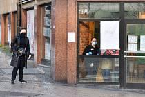 Prázdné ulice Prahy a lidé s rouškami 18. března 2020. Provoz KFC na Václavském náměstí v době karantény.