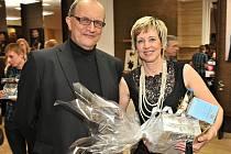 Vítězka čtvrtého ročníku Proměn s Deníkem Helena Olexová se svým manželem, který ji do projektu přihlásil.