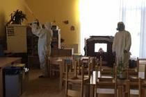 V jedné z mateřských školek v pražském Suchdole se objevila nákaza novým typem koronaviru.
