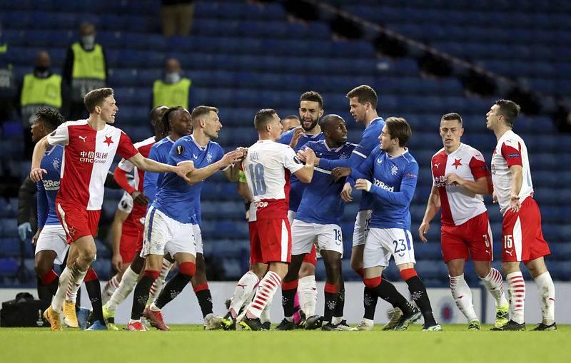 Glasgow Rangers - Slavia Praha - Rozzlobený fotbalista Glasgow Rangers Glen Kamara (uprostřed) v odvetném osmifinálovém utkání s pražskou Slavií.