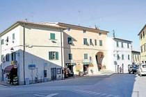 Vylidněno. V toskánském městečku Castellina Marittima bylo vždy živo. Nyní se večer ulice vylidňují.