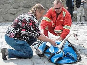 Věra Přibylová a Luboš Samec museli labuť znovu odchytit a vypustit na jiném místě řeky.