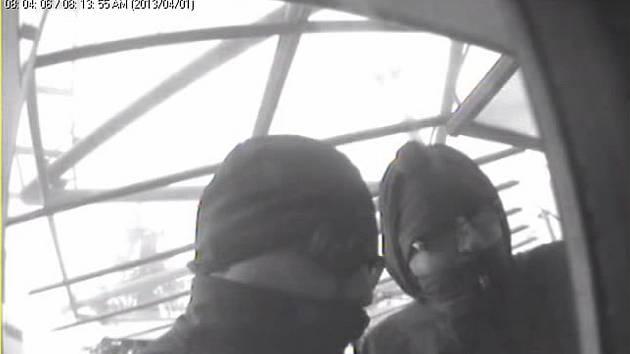 Zloději u bankomatu