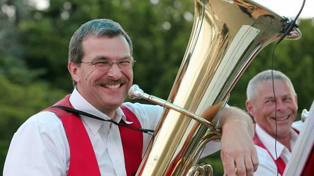 Hraj kapelo, hraj. Svátek dechovky na Křížíkově fontáně pražského Výstaviště 29.června. Na snímku dechovka Eulach Musikanten ze Švýcarska.