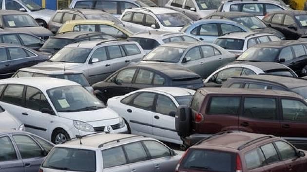 Ekologickou daň budou muset od ledna platit vozidla, která nebudou splňovat evropské emisní normy. Podle stáří auta a emisních hodnot jsou stanoveny od tří do deseti tisíc korun.