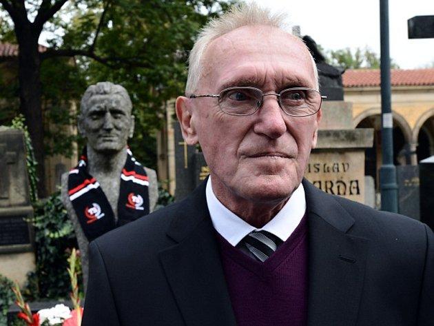 Ivan Bican u hrobu svého otce, fotbalisty Josefa Bicana, na Vyšehradském hřbitově v Praze.
