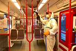 Dezinfekce vozů metra.