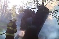 Použití hasicího přístroje nestačilo – a marné bylo i následné uplatnění kanystru s vodou.