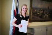 Místostarostka Prahy 10 Jana Komrsková (Piráti) čelí opozičnímu tlaku kvůli její poradkyni.