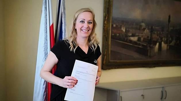 Místostarostka Prahy 10 Jana Komrsková (Piráti) čelí opozičnímu tlaku kvůli své poradkyni.