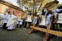Dominik Duka požehnal třem novým zvonům kostela na pražském Karlově.