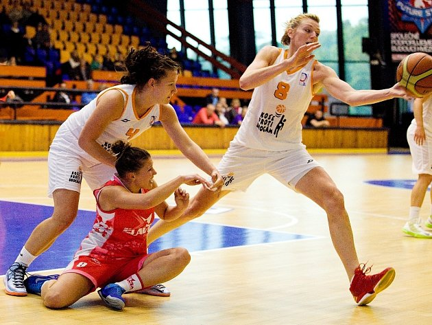 BYL TO BOJ! Slavia (v červeném) porazila VŠ o čtrnáct bodů.