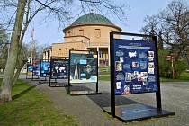 Před stále uzavřeným Planetáriem si můžete prohlédnout venkovní výstavu Výprava do vesmíru.