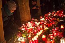 Lidé před francouzskou ambasádou v Praze uctívali 8. ledna památku mrtvých novinářů z Charlie Hebdo.