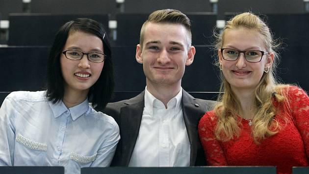 Úspěšní absolventi středních škol se zaměřením na gastronomii ve školním roce 2013/2014: (zleva) Mai Nguyen Thi Phuong,Vladimír Krofta (oba SOU gastronomie Praha 10) a Anna Landová (učiliště gastronomie a podnikání Praha 9).
