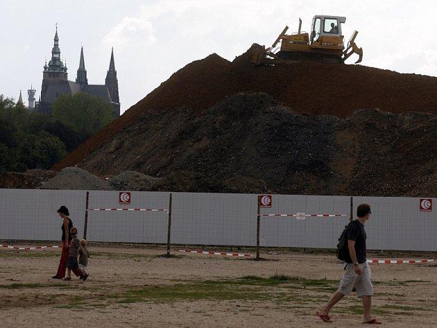 Rozestavěné vyústění nového tunelového komplexu Blanka v Praze na Letenské pláni v roce 2007.