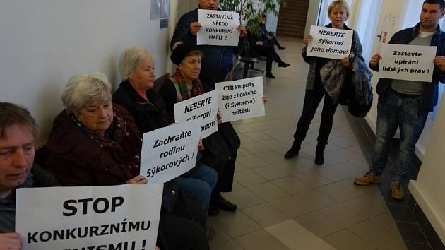 Příznivci Jaroslava Sýkory, klienta H-Systemu, který na základě zatím nepravomocného rozhodnutí soudu přišel o svůj dům.