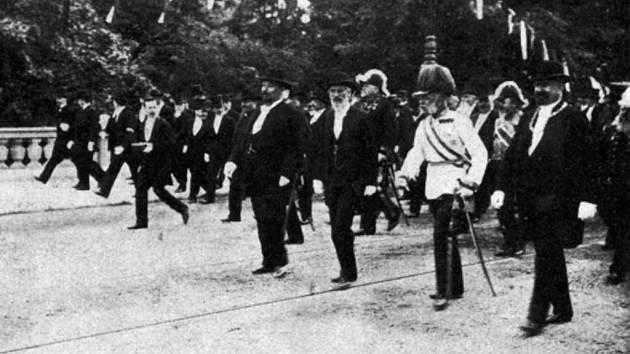"""František Josef I. se v roce 1901 účastnil v Praze vysvěcení a otevření nového kamenného mostu (dnes Most legií). Původní titulek fotografie zněl """"Procházka na mostě"""""""