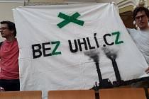 Protest. Na zasedání pražského zastupitelstva dorazili středoškoláci bojující za aktivní řešení změn klimatu.