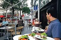 V DUCHU DÁVNÝCH ČASÚ. Atmosféru retro stylu dotváří nábytek, nádobí i doplňky. I s předzahrádkoumá kavárna 150 míst.