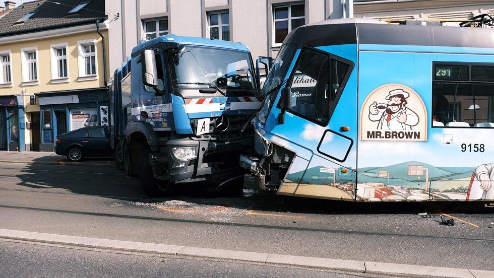 V pražské Libni se srazila tramvaj s vozem technických služeb.