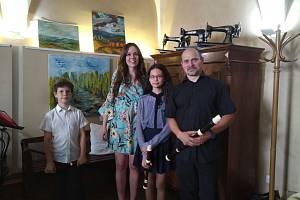 V malostranské Kavárně Čas byla zahájena charitativní výstava mladé výtvarnice Emy Pok.