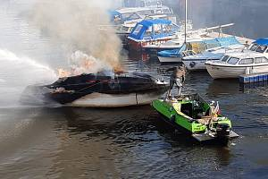 Požár lodi v Podolském přístavu.