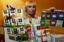 Třiapadesátiletá Jana Jandová z Prahy nasbírala za 4 roky přes 15 000 kusů čajových obalů.