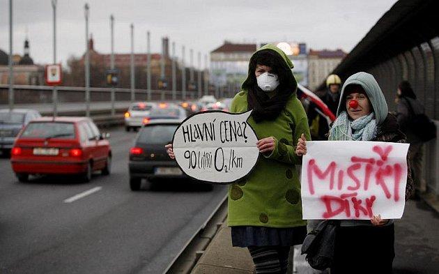 """Happening s názvem Smogový dýchánek 4: Závod """"Blíž Pražanům"""", který chtěl upozornit na problémy automobilové dopravy v hlavním městě, se konal 10. ledna na Nuselském mostě v Praze."""