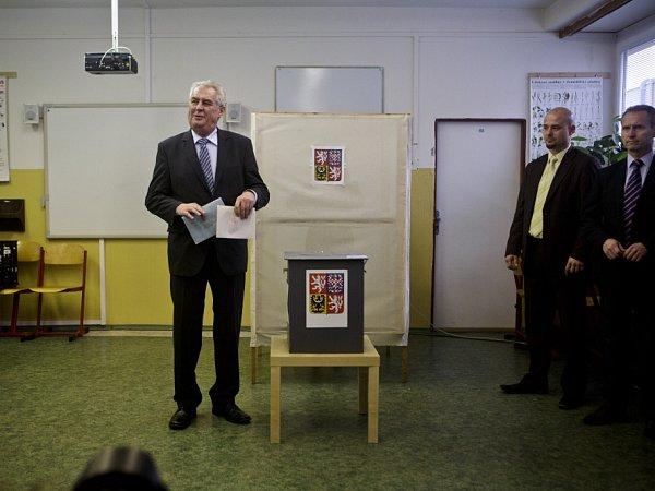 Volby do Poslanecké sněmovny 25.října vZŠ Květnového vítězství vPraze. Miloš Zeman