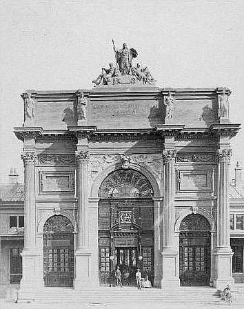 NÁDRAŽÍ TĚŠNOV, vybudované v letech 18721875, s honosně zdobeným triumfálním římským obloukem, korintským sloupovím a alegorickými sochami patřilo k nejkrásnějším nádražím ve střední Evropě.