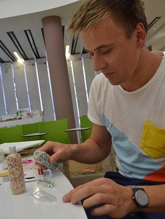 Designér František Fiala se zdobící krabičkou spinzetou na zdobení dortů sladkými posypy a kuličkami.