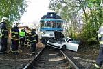 Rychlík se v pražské Liboci srazil na přejezdu s osobním vozem. Člověka z auta preventivně zkontrolují v nemocnici. Nehoda zastavila vlaky do Kladna.