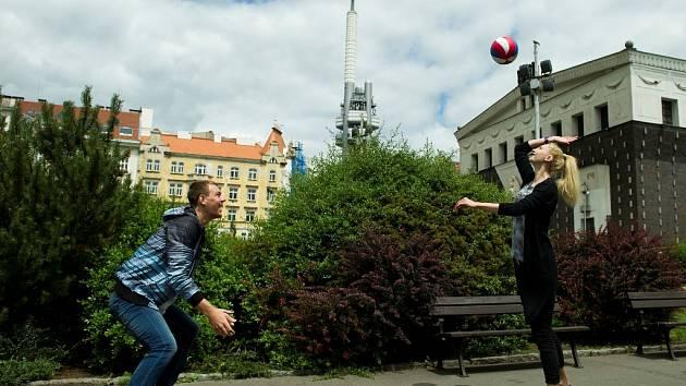 KAŽDÉ RÁNO vyběhne na náměstí Jiřího z Poděbrad volejbalový pár Šárka Barborková a Matyáš Démar a procvičí si základní údery. Teď vážně, někdy vynechají.