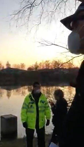 Strážník městské policie při pokutování u rybníka v Praze-Řepích udeřil mladou dívku do obličeje.